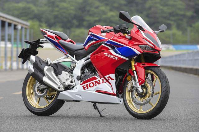 画像: Honda CBR250RR 総排気量:249cc エンジン形式:水冷4ストDOHC4バルブ並列2気筒 最高出力:30kW(41PS)/13000rpm 最大トルク:25N・m(2.5kgf・m)/11000rpm シート高:790mm 車両重量:168kg 発売日:2020年9月18日 メーカー希望小売価格(税込):82万1700円/写真のグランプリレッド(ストライプ)は85万4700円
