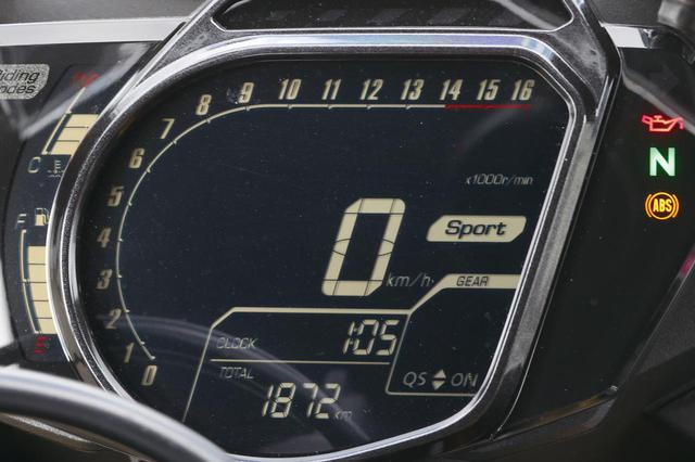 画像: メーター形状はユニーク。外側にバーグラフ式のタコメーターをレイアウト、中央には速度計、右にはシフトインジケーターを備える。