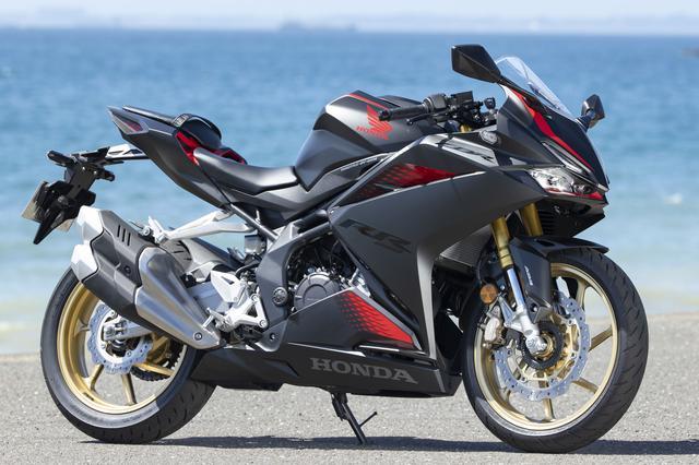 画像: Honda CBR250RR 総排気量:249cc エンジン形式:水冷4ストDOHC4バルブ並列2気筒 最高出力:30kW(41PS)/13000rpm 最大トルク:25N・m(2.5kgf・m)/11000rpm シート高:790mm 車両重量:168kg 発売日:2020年9月18日 メーカー希望小売価格(税込):82万1700円/グランプリレッド(ストライプ)は85万4700円