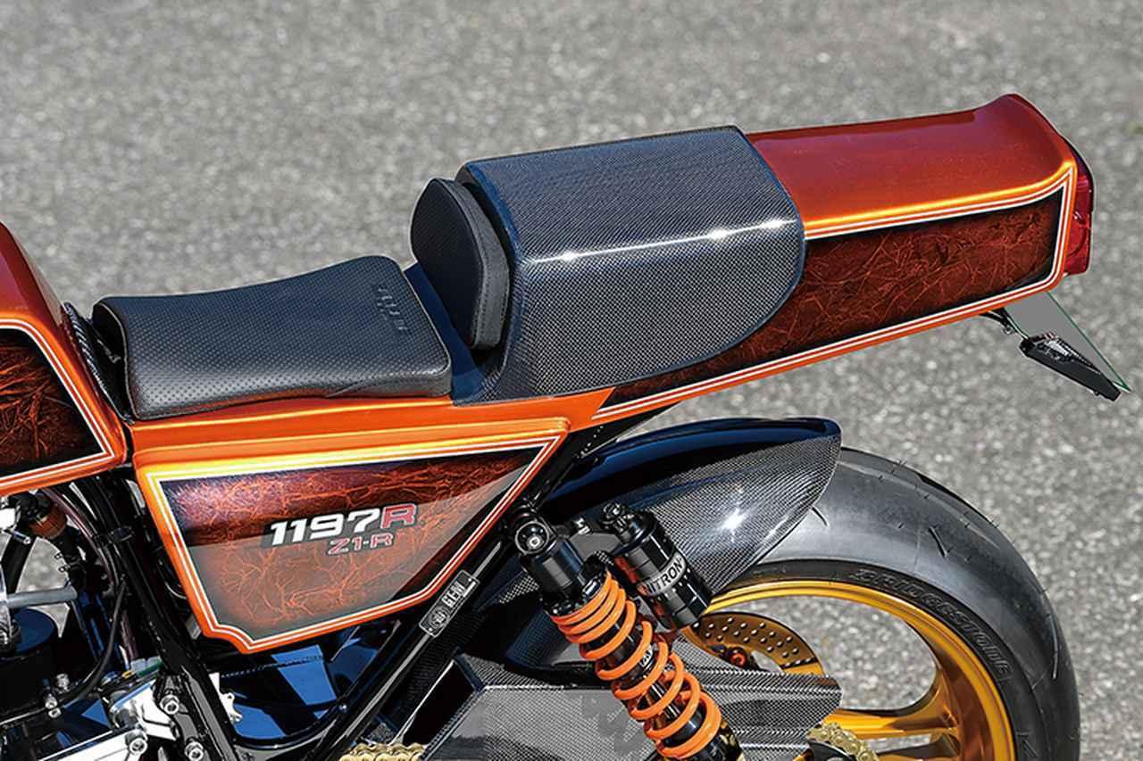 画像: シングルシート形状でホールド感や乗り心地が高まるシートはマッコイ/スプリーム。ウインカーはナンバー横にスリムに装着されている。