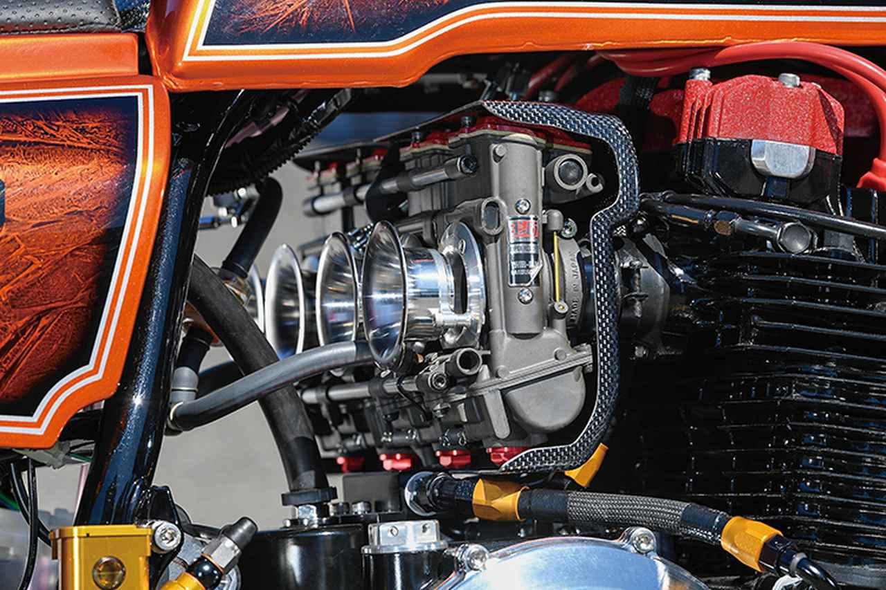 画像: 吸気はTMRφ38mm-MJNキャブレターのデュアルスタックファンネル仕様。フレームは17インチ化に合わせてきっちり加工済みだ。