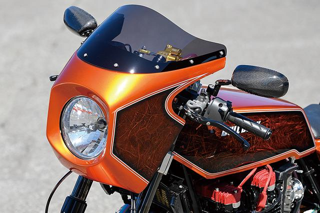 画像: ビキニカウル/シングルシートカウルはマッコイ・ブランドで、タンクはアルミ製。カーボンモノコックボディのミラーはマジカルレーシングだ。