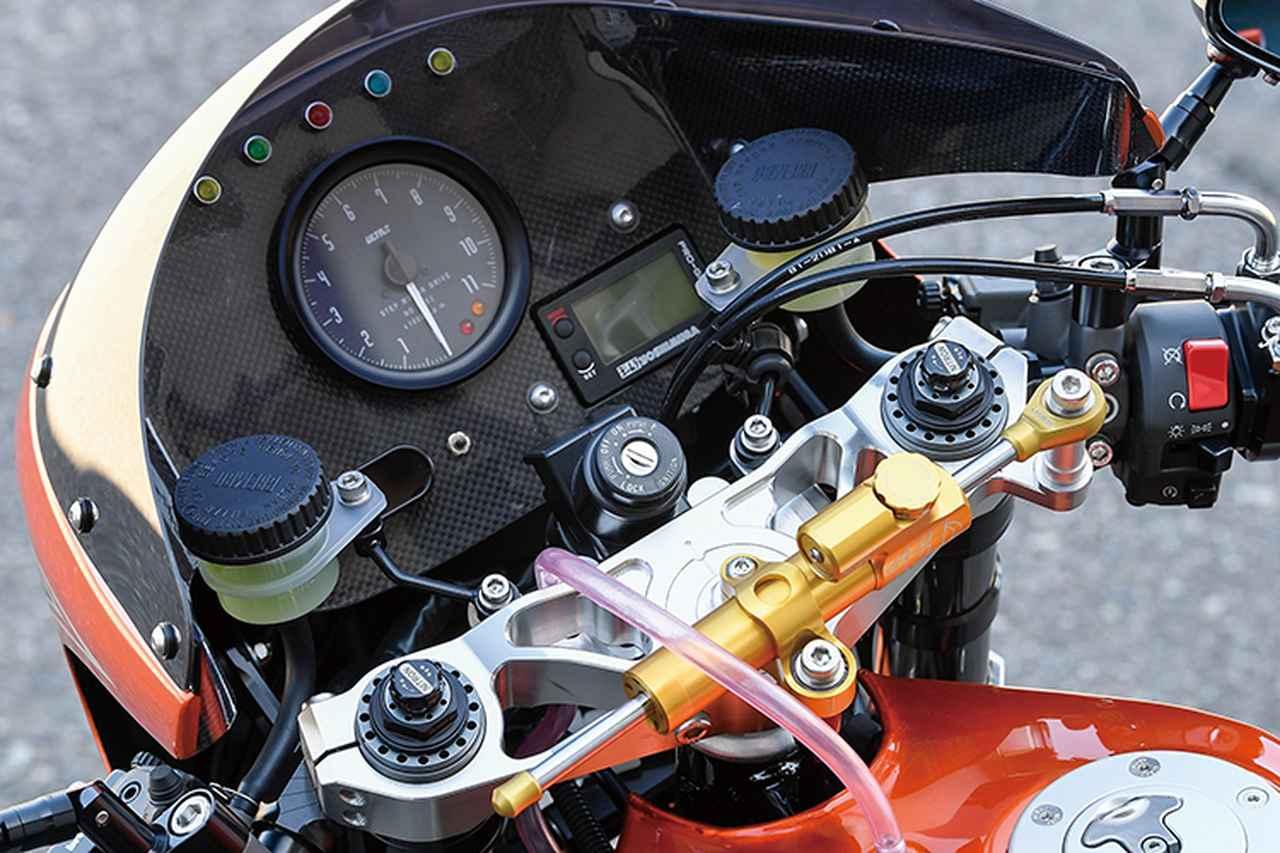 画像: メーターはワンオフされたカーボンパネル(カウルインナーパネルも兼ねる)にULTRA回転計やモトガジェットメーターなどを配している。左右マスターシリンダーはブレンボRCS、ステアリングダンパーはコンパクトなハイパープロ製をトップブリッジ上にマウントする。
