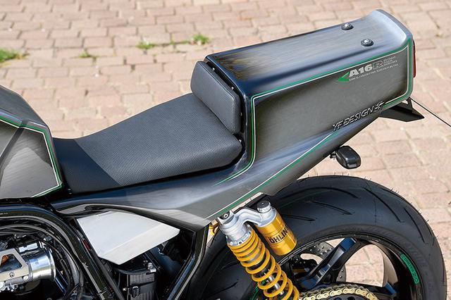 画像: シングルシートはTOMO FRP製カウル+ワンオフシートで、シートレールはこれに合わせたアルミ製。リヤカウルの前側(シートパッド部)には着脱式リッドがあり、内部のオリジナルツールケースにアクセスできる。塗装はYFデザインが担当した。