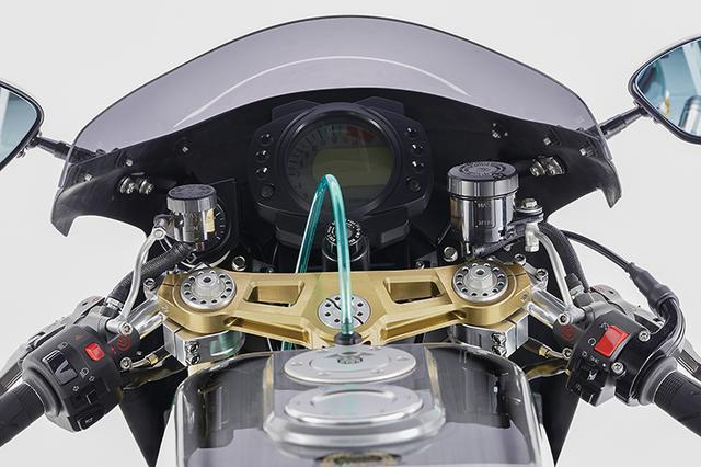 画像: メーターはZX-10R用+STACK。ステアリングヘッドは大径/大容量ベアリング仕様で、17インチZでここにかかる負荷を軽減している。