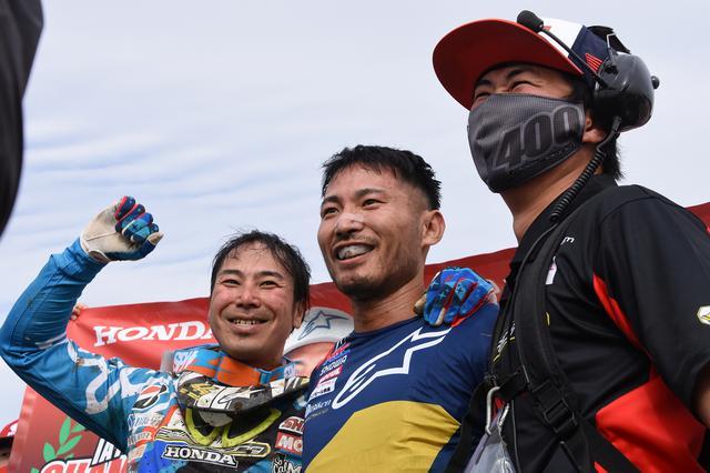 画像: チームのプレイングマネージャー小島(左)と笑顔を見せる山本(中央)
