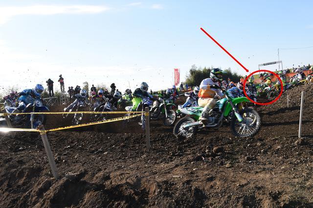 画像: スタート直後の1コーナー 赤丸で囲んだところに転倒寸前の横山が!