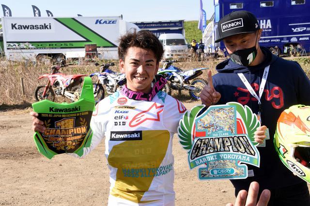 画像: 横山の右にはカワサキの元ファクトリーMXライダー新井宏彰 横山のコーチ役です
