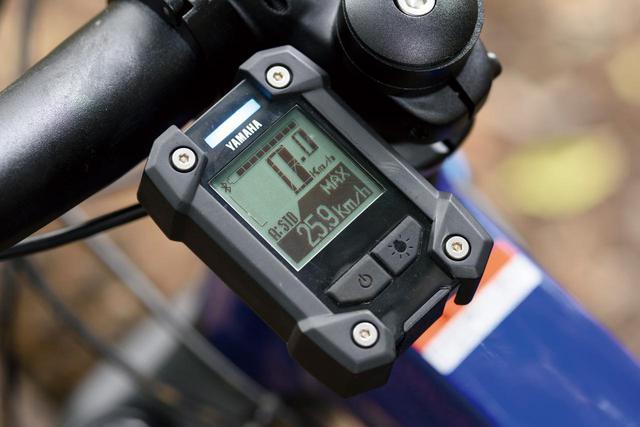 画像: 走行アシストモード、速度、ケイデンス、ペダリングパワーなどを表示する液晶ディスプレイ。アシストモードはランプの色で瞬時に判断できる。