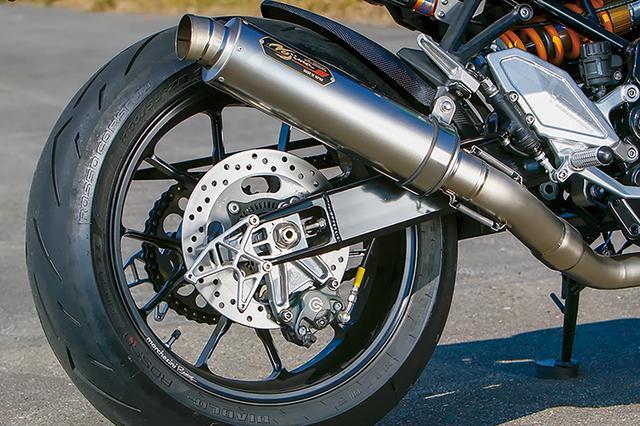 画像: ホイールはマルケジーニの10本スポークアルミ鍛造、M10Sでサイズは3.50-17/5.50-17インチ。リヤブレーキキャリパーはブレンボで、キャリパーサポートはウイリー・3Dキャリパーブラケット。ノーマルスイングアーム適合品も同形状でラインナップする。