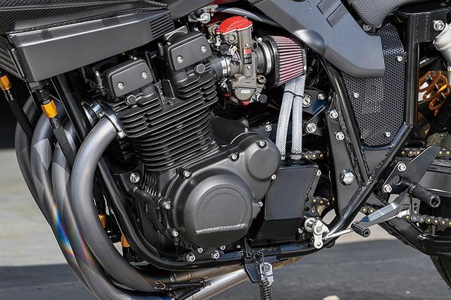 画像: 1135cc化されたエンジンも同店担当・渡利さんが入念に組み上げる安心仕様で、カバーの下側もカット加工されている。キャブレターはTMRφ40mmのMJNを組み合わせた。