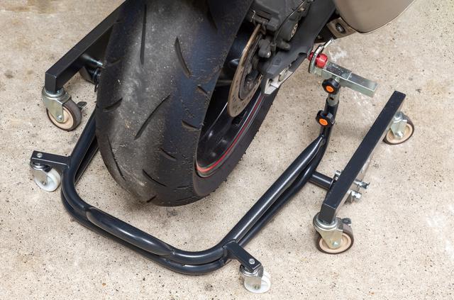 画像: 移動式レーシングスタンド ガレージラボ (STDタイプ) 税込価格:3万3387円~ スイングアームにボビン(ボルト)を付けられる車種にはスタンド側に「Vフック」の装着がお勧め。リアアクスルにパイプを使っている車種なら貫通シャフトも使える。