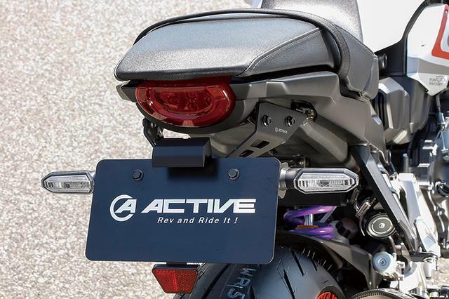 画像: LEDフェンダーレスキットはスイングアームマウント式のリヤフェンダーを廃して、通常位置にナンバープレートを移設できるアイテムだ。