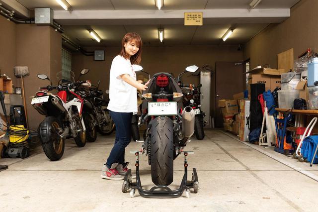 画像: 接地点(左右のキャスター間隔)の幅が広いので安定性は文句なし。非力な女性一人でもオートバイを倒す心配がなく、軽々と掛け外しできる。