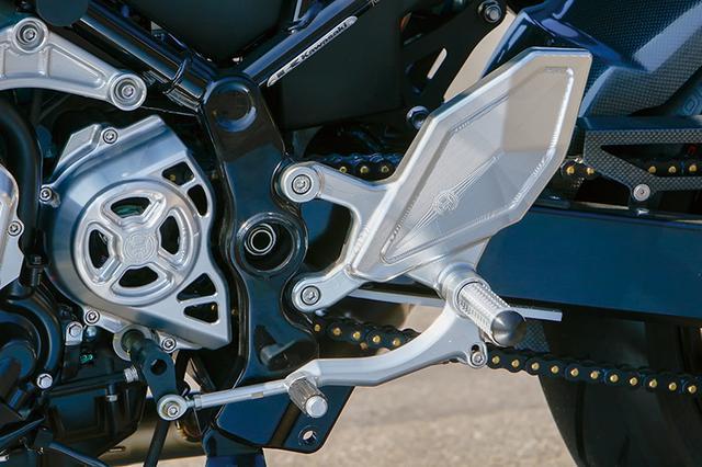 画像: 「3Dステップキット」は同軸ペダル式でバー位置がノーマル比で47mmバック×38mmアップとなる。剛性も高くホールド性にも優れるもの。