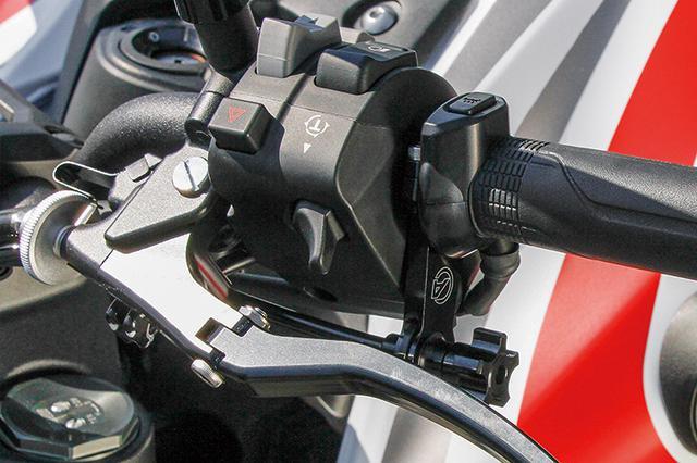 画像: クラッチ側のリモートワイヤブラケット ストレートでリモートアジャストワイヤV2汎用(750mm)でブレーキの遊びを調整できる。