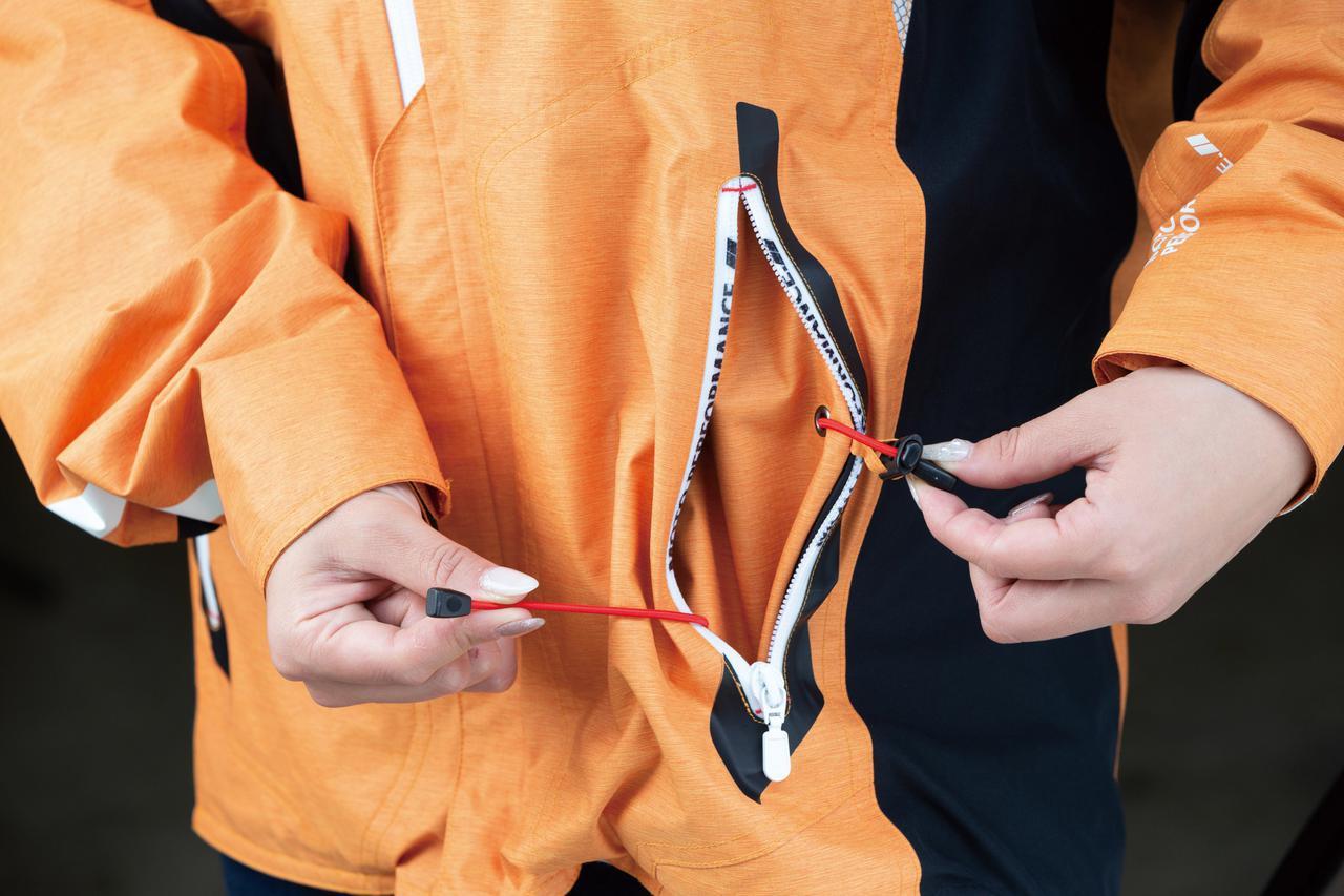 画像: アウタージャケットの左右ポケット内にはウエスト用と裾用のアジャスターが仕込まれている。着心地の良さにこだわるクシタニらしい装備だ。