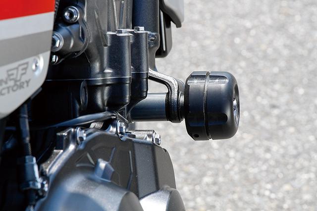画像: エンジンサイド前側にはフレームスライダー・ラウンドタイプを装着し、万一の際のダメージを軽減。位置も形状も突出してはいない。