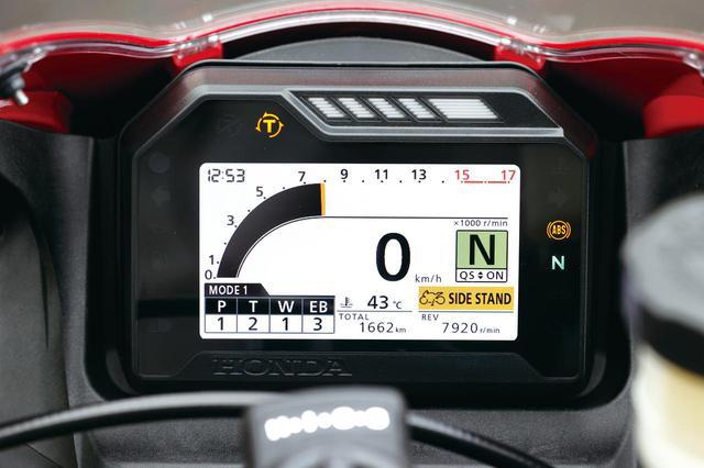 画像: 1000RR-R同様のカラーTFTメーター。電子制御デバイスはパワー、トルク、ウイリー、エンジンブレーキが調整可能だ。