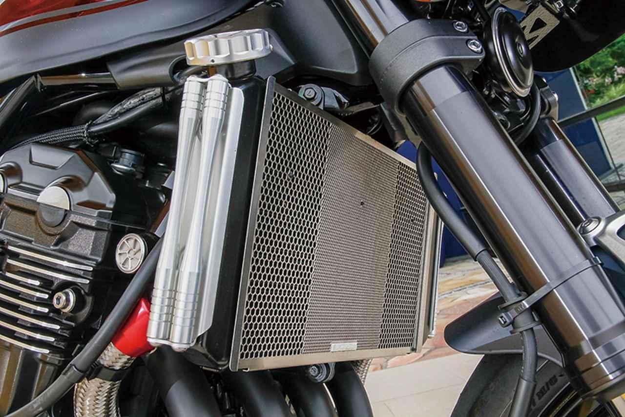画像: ラジエーター側面にはアルミ削り出しの「サイドロッド」、前面には0.8mm厚ステンレス製で大小異なる2種の六角形デザインによる「ヘックスコアプロテクター」を追加。カラーはともに他の同社製金属系パーツと同じく、ブラックとシルバーの2種がラインナップされる。