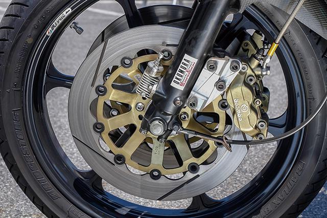 画像: フロントフォークはφ37mmノーマルをオクムラMEチューン。ブレーキはブレンボ4ピストンキャリパー+サンスターディスクで強化済み。