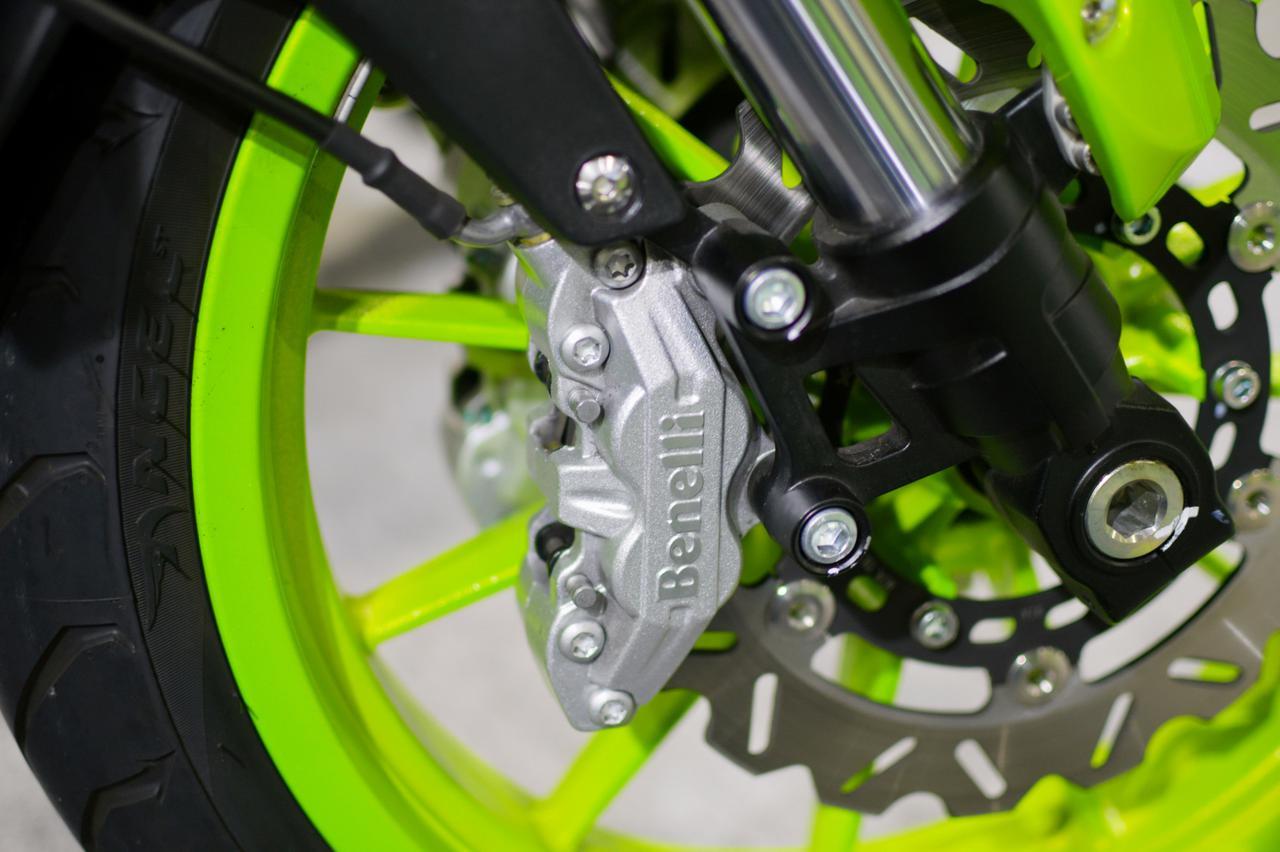 画像: フロントブレーキはダブルディスクを奢る。キャリパーにはBenelliのロゴ。