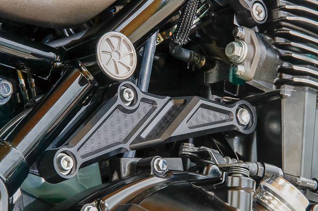 画像: 写真のエンジンマウントのほか、ステップキット、リヤサスリンクプレートはハニカムデザインによって、既存のアルミ削り出しパーツとは趣が異なる、独創的な質感を実現している。上側に見えるのはARCHI スピンホイルプラグシリーズによるホールプラグだ。