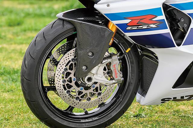 画像: フロントフォークはオーリンズ倒立タイプに置換。ブレーキはブレンボ・ビレットレーシング4ピストンキャリパー+サンスターディスクの組み合わせだ。