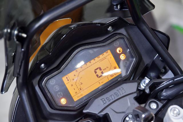 画像: メーターはフルデジタルを採用。オレンジ色に光るのが特徴的。
