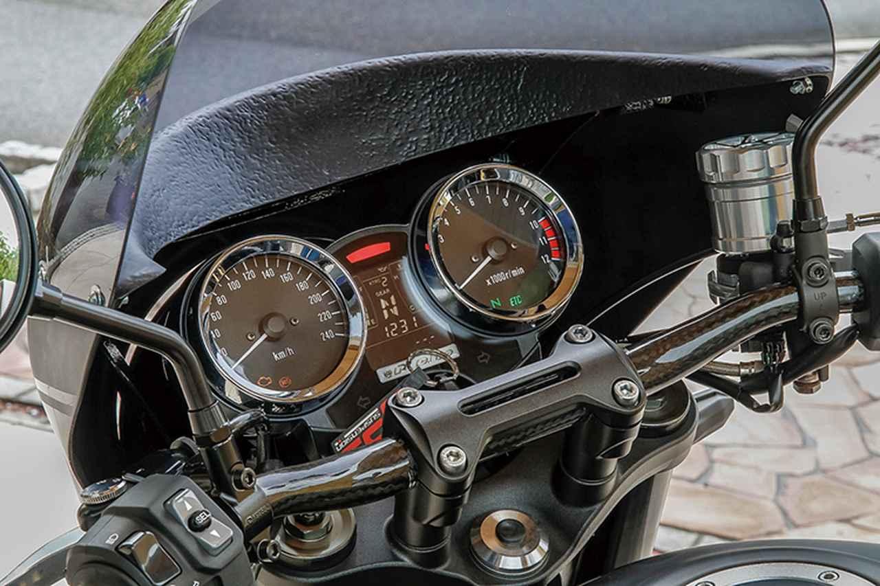 画像: 低めのテーパーハンドルは試作品。バックミラーは定番のZ2タイプで、フロントマスターシリンダーのリザーバータンクはアルミ2017材によるPMCのZ900RS用「ビレットマスターカップ」(シルバー/シルバーキャップ)に変更されている。