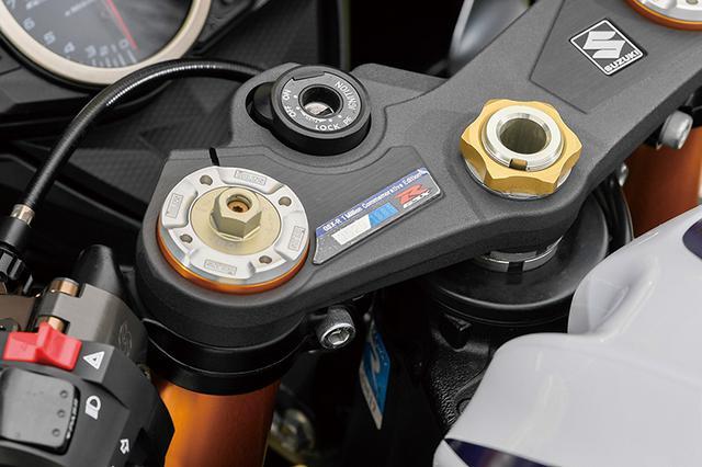 画像: ベースは2013年のGSX-R累計100万台生産記念限定車、GSX-R1000L3Zで、トップブリッジには1985台の限定シリアルが貼られているのが分かる。