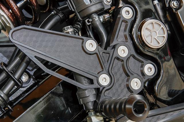 画像: この車両が装着するステップは上記通り、ハニカムデザインのアルミ削り出し「ARCHI ビレット・ハニカムバックポジションキット」だ。ほかに炭素鋼パイプによる「ARCHI トラスロッドフットポジションキット」も別にランナップされる。ともにオーナーの好みでポジション調整が可能だ。