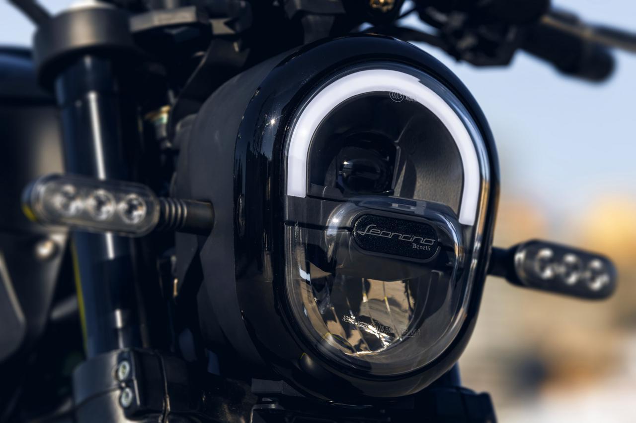 画像: ヘッドライトは円基調の異形スタイル。個性的な形状だが、シックに見えるまとめ上げ方はさすが。