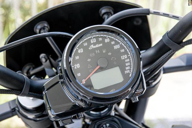 画像: 大径で視認性の良好なアナログ丸型スピードメーターの盤面に、タコメーターや燃料計、オドメーターなど多彩な情報を表示できる液晶パネルを内蔵。左下に見える突起部には下向けにUSBポート。
