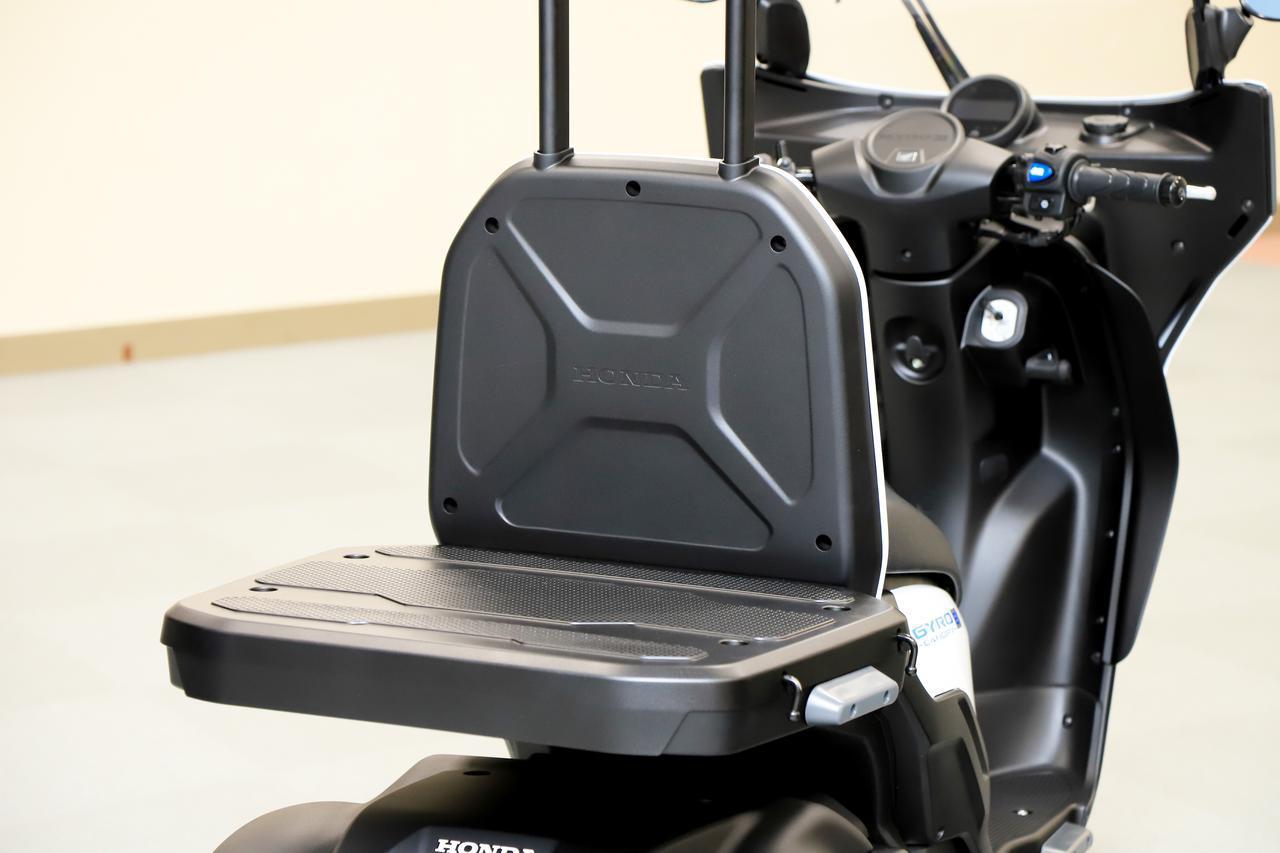 画像: 抜群の積載性能は電動モデルになっても健在。ジャイロキャノピー イーは、ガソリン車と同じく車体が傾くと荷台も傾く仕様。