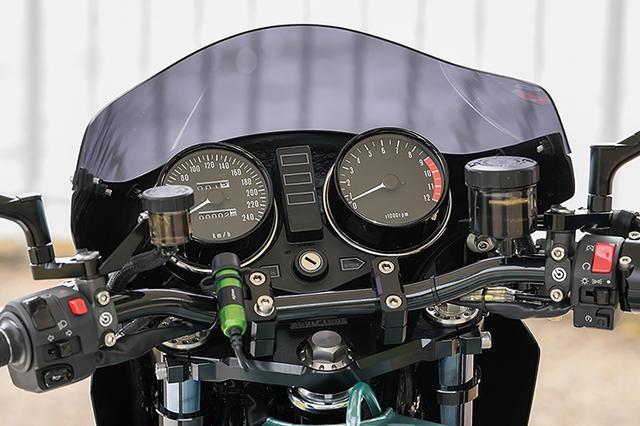画像: フォークオフセットは60→40mmとして17インチ向けに適正トレール化する。左右マスターシリンダーはブレンボRCSで燃料タンクはアルミ製だ。