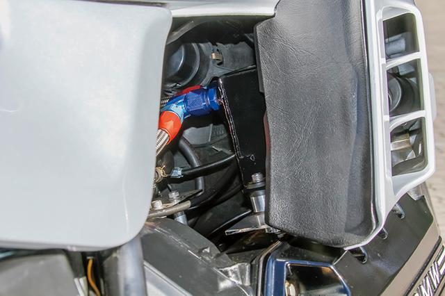 画像: クランク縦置き×横倒し(エンジン左側がヘッド)直4エンジンの'88K100RSがベースだ。右後ろから見ても複雑なレイアウトが分かる。