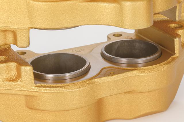 画像: 配されるピストンはすべてφ30mm。高熱下での耐久性とフリクション軽減を目的に、ニムフロン加工が施される。
