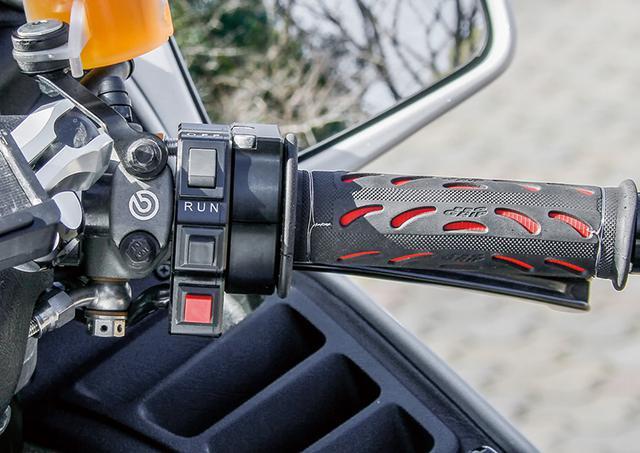 画像: 右レバーはマスターシリンダーごとブレンボRCSとして換装。レバーホルダーを兼ねていたスイッチボックスも別製作している。
