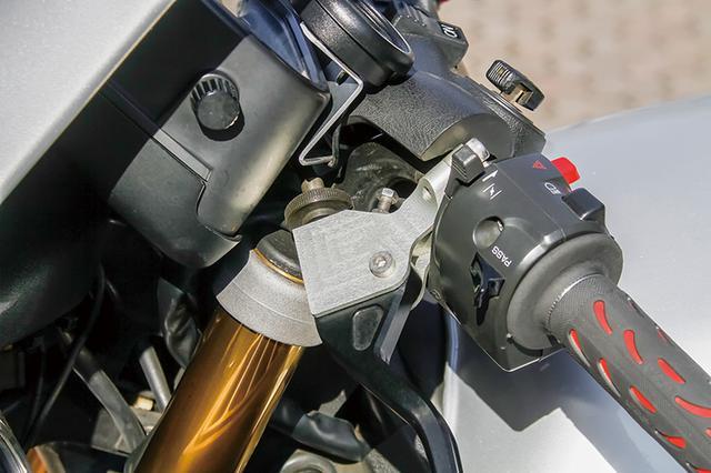 画像: 左レバーはレバーホルダー(写真中央部)を新作してこちらにレバーをマウント。スイッチボックスはZRX1200用を流用した。