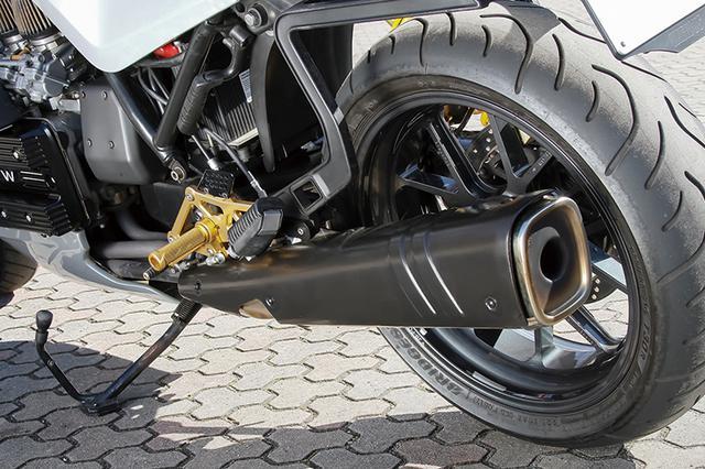 画像: スイングアームはK100の4バルブ車(ベースは2バルブ)用。シートはスプリームのワンオフ。マフラーもノーマルを使う。