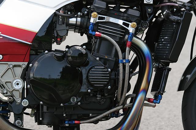 画像: シリンダーヘッド部のオイルフィッティングはウイリー製。熱ひずみによるオイル漏れ対策だ。パイプ化した前側エンジンマウントも分かる。