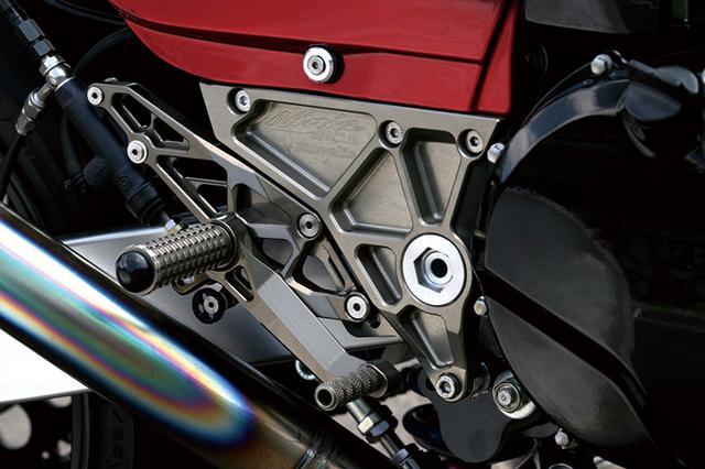 画像: ピボット位置が下げてあるからステップ/ステッププレートも専用で用意された。マグネシウム風カラーのアルマイト仕上げがされる。ほかにクラッチ操作を軽くするため、ウイリー製油圧クラッチシリンダーとブレンボラジアルマスターが使われた。