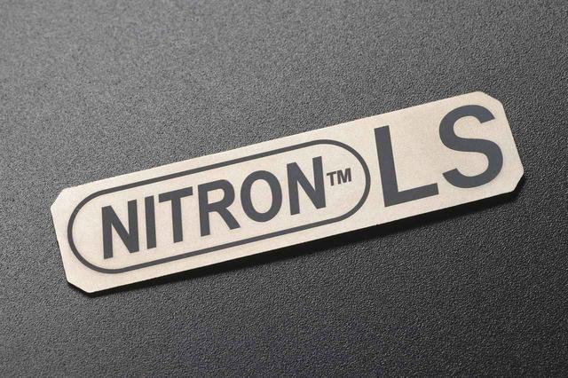 画像: ナイトロンの専用リアショックを装着している証として、スイングアームの下部にはチタン製のネームプレートが貼られる。