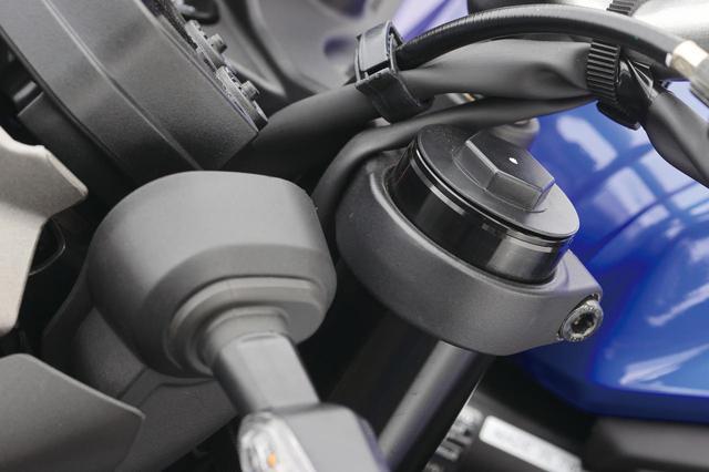 画像: 専用リアショック装着に合わせて、フロントフォークは突き出し量を8mmアップ。車体の姿勢変化のバランスを整えている。