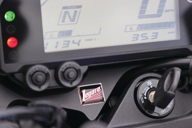 画像: デジタルメーターの下には、レガーレのコンプリートモデルの証であるオーナメントバッジが貼られており、所有感を高めてくれる。
