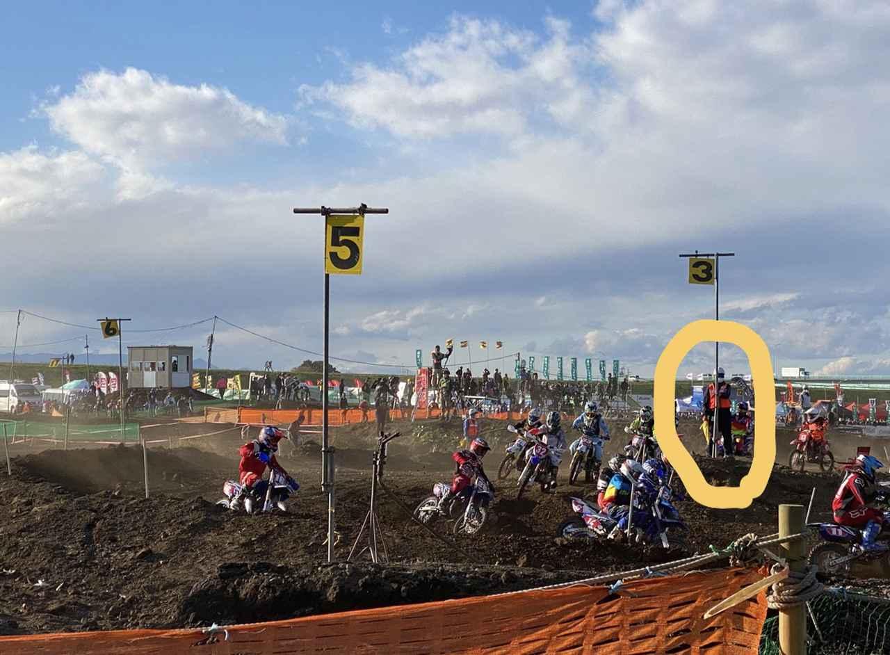 画像: 黄色○にいるのがオフィシャルさんです。