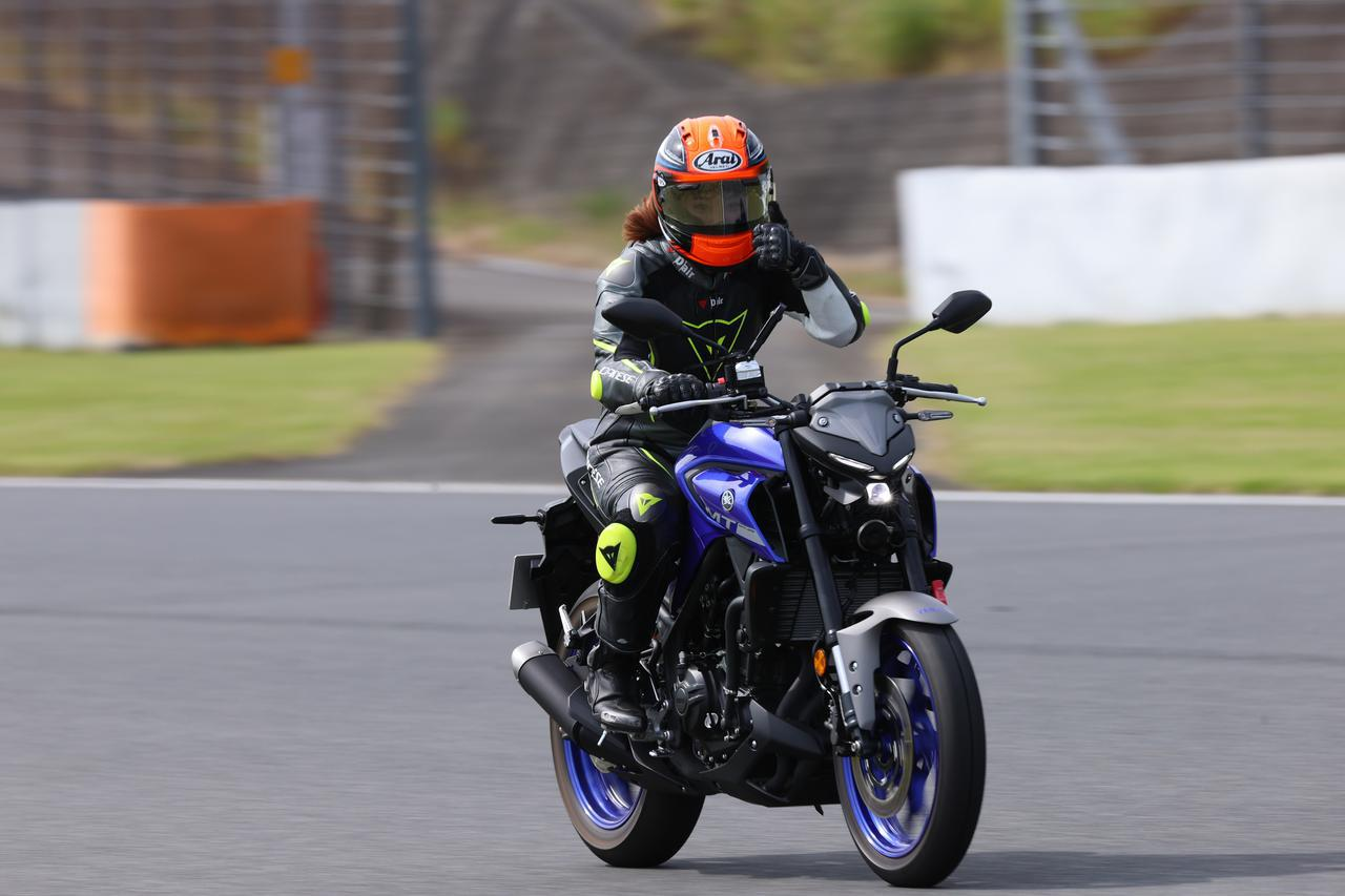 画像: ヤマハ「MT-25」で最高速に挑んだ平嶋夏海さん。 ▶▶▶オリジナルサイトでは写真をクリックすると動画が始まります。 www.youtube.com