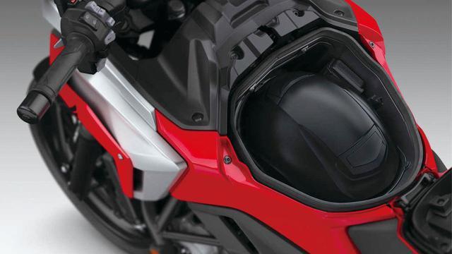 画像: ヘルメットも収納できるタンク部の収納スペース。従来の容量22Lから23Lへ拡大、フルフェイスヘルメットが余裕で収納できる。