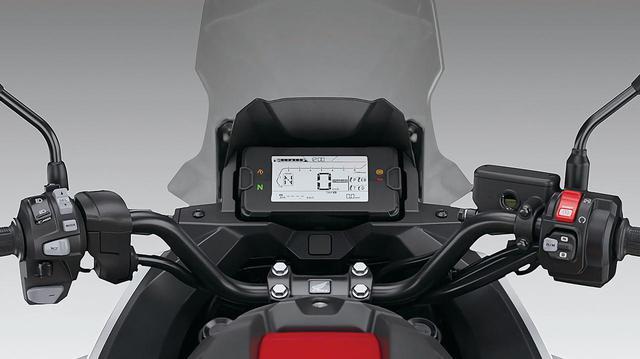 画像: メーターには新しくデザインされた、多機能で視認性にも優れるコンパクトな液晶ディスプレイが採用されている。